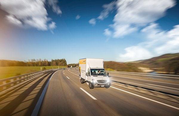 image-camion-la-poste-sur-autoroute