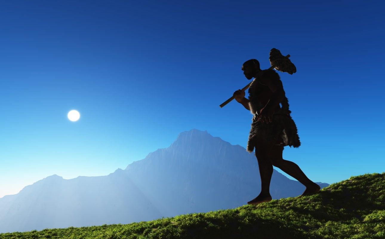 Homme des cavernes sur une montagne